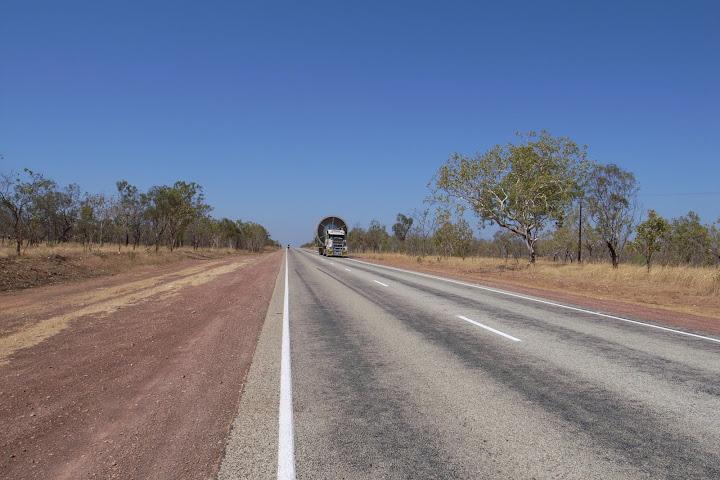 オーストラリアの砂漠を走る車はデカすぎるぜ!
