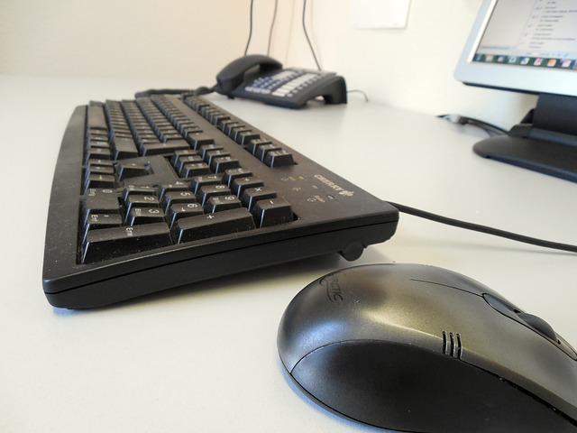 腰痛と肩こりに悩まされた僕が理想のパソコンデスクに出会うための方法を紹介しようと思う