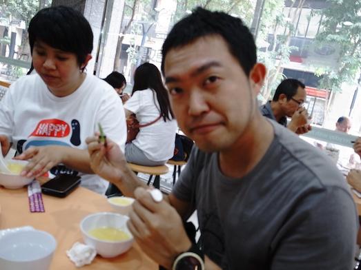 台湾の玉米粥を、おかずをいっしょに食べてみる。